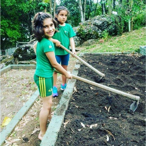 Aulas práticas na horta. É hora de preparar a terra para o plantio. Alunos do 2º ano junto com Prof. Lizi.